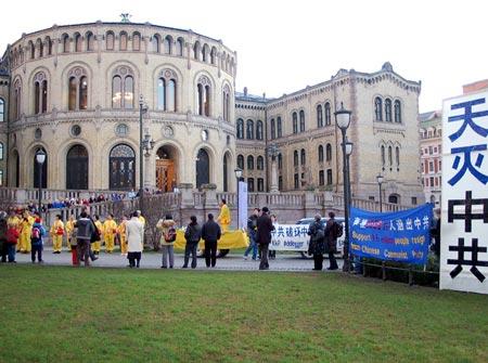 Митинг перед зданием Парламента Норвегии. Фото: Epoch Times