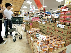 Покупатели в супермаркете г. Токио удивлены стоимостью консервированной лапши, которая повысилась впервые за приблизительно два десятилетия в связи с возрастанием цен на пшеницу и другие зерновые культуры. Фото: Yoshikazu Tsuno /AFP /Getty Images