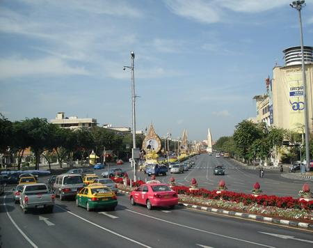 Движение в Таиланде левостороннее. В отличие от многих восточных стран, местные водители очень дисциплинированы и строго соблюдают  правила дорожного движения. Фото: Александр Карпов