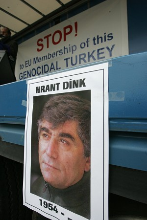 Плакат, на котором изображен турецкий журналист армянского происхождения  Грант Динк, убитый в январе 2007 г. турецким националистом, - часть демонстрации, призывающей ЕС потребовать от Турции признания существования бывшего геноцида армян. Фото: John Thys/AFP/Getty Images