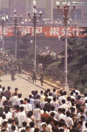 6 июня 1989 г. После того, как по всему Китаю разнеслись печальные новости о событиях в Пекине, жители г.Ченду провинции Сычуань продолжили демонстрацию скорби по погибшим. Произошло кровавое столкновение с солдатами, в результате которого также погибло много студентов и местных жителей. Это второй город в Китае, в котором солдаты применили оружие против демонстрантов. Фото с 64memo.com