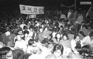 13 мая 1989 г. Студенты начали голодовку, а также проводят всю ночь на улице на холоде, специально не пользуясь одеялами и тёплой одеждой. Они наивно считали, что правительство, увидев такую картину, сразу же пойдёт им на уступки. Фото с 64memo.com