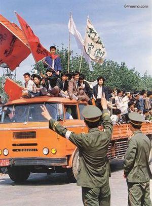 18 мая 1989 г. Полицейские выражают поддержку студентам, направляющимся на площадь Тяньаньмэнь. Фото с 64memo.com