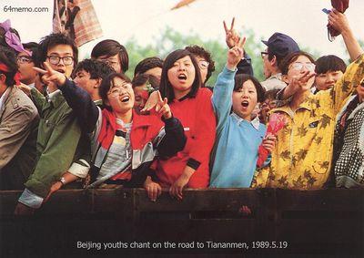 19 мая 1989 г. Студенты воодушевляют и поддерживают друг друга. Фото с 64memo.com