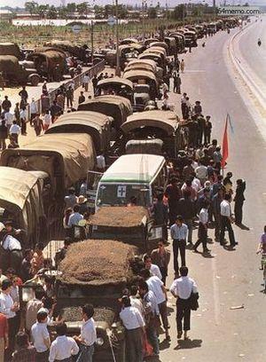 21 мая 1989 г. Люди, поддерживающие студентов, заблокировали проезд и остановили около двухсот армейских машин с солдатами. Фото с 64memo.com