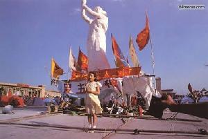 1 июня 1989 г. – День защиты детей. Штаб управления охраной площади Тяньаньмэнь пригласил детей отметить праздник возле статуи Свободы. Фото с 64memo.com