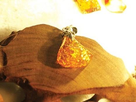 Подвеска с полудрагоценным камнем янтарем. Фото с epochtimes.com