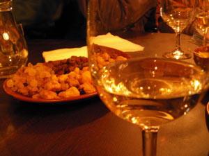 Но все же, вернемся к вину. Этот напиток очень нежный и капризный. Он не любит ни шума, ни встрясок, ни тепла. Фото: turne.com.ua