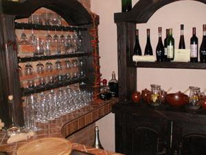 Закарпатье славится не только винами, но и коньяками, настойками, медовухой, а еще медом, сыром, красивой землей и конечно открытыми и добрыми людьми. Фото: turne.com.ua