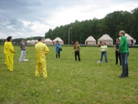 Представители школы самосовершенствования Фалунь Дафа обучают упражнениям. Фото: Светлана Ким/Великая Эпоха