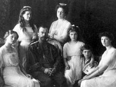 Николай II с семьёй. Слева направо: Ольга, Мария, Николай, Александра, Анастасия, Алексей и Татьяна (Ливадия, 1913)