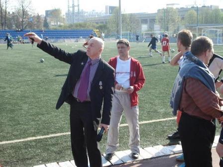 Председатель ОО ШУРАВИ Игорь Рачилин объясняет расположение полей для игры. Фото: Мо