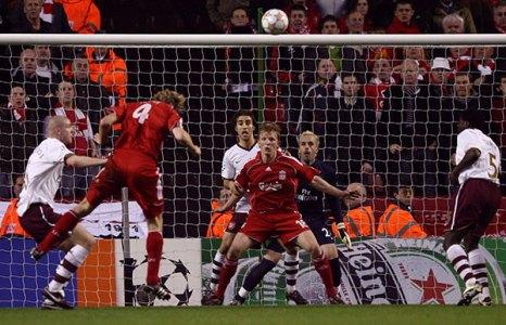 Сами Хююпя из «Ливерпуля» (второй слева) сравнивает счет. Энфилд роуд, Ливерпуль. Ответный матч четвертьфинала Лиги чемпионов между «Ливерпулем» и «Арсеналом». Фото: Clive Brunskill/Getty Images