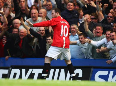 Уэйн Руни отмечает свой гол в ворота «Челси». Стэмфорд Бридж, Лондон. Матч между «Челси» и «МЮ», возможно, решивший судьбу чемпионства в английской Премьер-лиге. Фото: Mike Hewitt/Getty Images