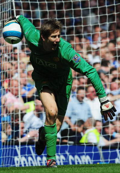 Кипер «МЮ» ван дер Сар руками вводит мяч в игру. Стэмфорд Бридж, Лондон. Матч между «Челси» и «МЮ», возможно, решивший судьбу чемпионства в английской Премьер-лиге. Фото: Shaun Botterill/Getty Images