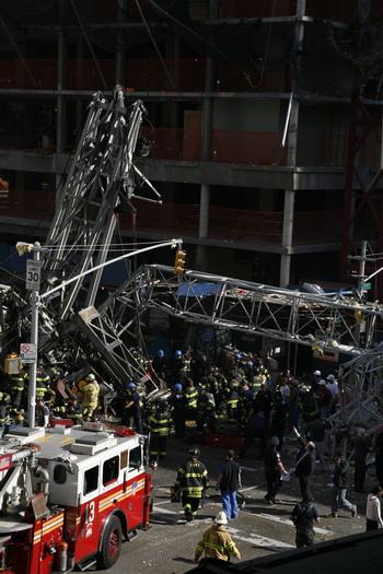На месте происшествия ведутся спасательные работы. Фото: Anthony Behar/Getty Images