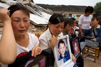 Родители, скорбящие о своих детях погибших под обломками здания школы во время землетрясения. Фото: Getty Image