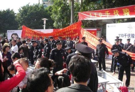 Власти мобилизовали около тысячи полицейских для разгона протестующих против строительства подстанции местных жителей. Фото: The Epoch Times