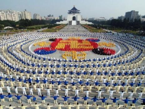 25 декабря 2005 г. более 4000 тайваньских практикующих Фалуньгун образовали эмблему Фалунь на площади перед Мемориальным комплексом Чан Кай-ши