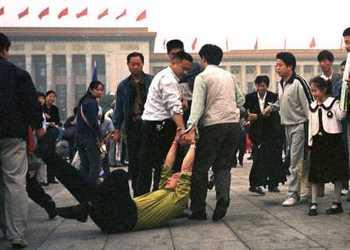 Агенты китайских спецслужб арестовывают последователя Фалуньгун прямо на улице