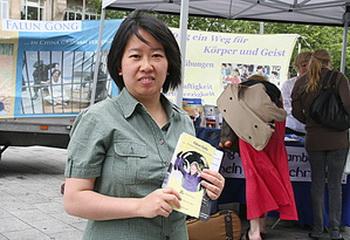 Ин Цзин – последовательница Фалуньгун из Гамбурга, многие её знакомые в Китае многократно были арестованы, одна из них убита, другая находится в исправительно-трудовом лагере. « Китай распространяет ложь о Фалуньгун в другие страны. И здесь подвергаешься преследованию. Год назад закончился срок действия паспорта моей матери. Она обратилась в китайское консульство в Гамбурге. Два месяца спустя нам сказали, что мы практикуем Фалуньгун, поэтому она не получит паспорта. «Вы можете ждать, пока не почернеете». Думаю, это нельзя назвать нормальным поведением правительственного учереждения. Если вырос в Китае, совсем не знаешь, что тобой манипулируют. Только когда я приехала в Германию, десять лет назад, я узнала из СМИ, что в действительности происходит в Китае. The Epoch Times