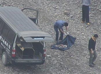 На береге Янцзы в целлофановых пакетах обнаружено около 20-ти тел мертвых младенцев. Фото предоставлено блоггером