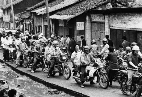 Людей много, а дорога узкая. На работу и с работы едут на мотоциклах. Город Чунцин. Май 1995 год. Фото: Ran Wen