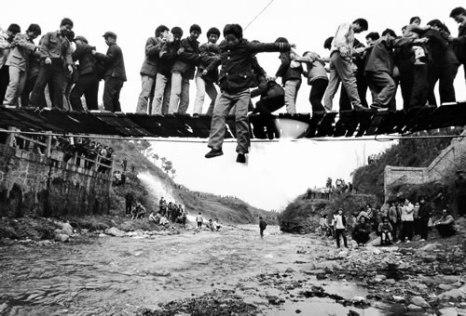Люди, теснясь, идут по узкому канатному мосту поклониться перед гробницей Лао Цзы. Уезд Чжоучжи провинции Шэньнси. Апрель 1990 год. Фото: Shi Yuxiu