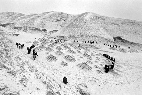 Люди пришли на кладбище, занесенное снегом, поклониться умершим родным. Провинция Нинся. 1998 год. Фото: Wan Zheng