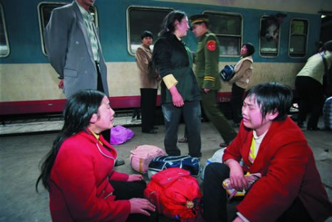 Три женщины, приезжавшие в город на заработки, не влезли в переполненный поезд. Фото: Великая Эпоха.