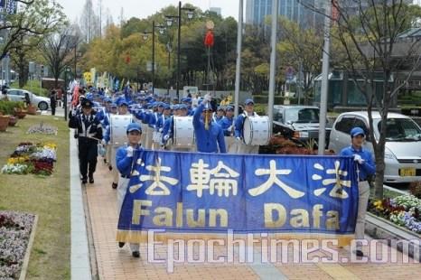 Процессию возглавил «Небесный оркестр» последователей Фалуньгун. Фото: Hong Kazuo/The Epoch Times