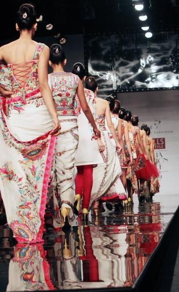 Коллекция от индийских дизайнеров Anish и Lalit Jalan. Фото: RAVEENDRAN/AFP/Getty Images