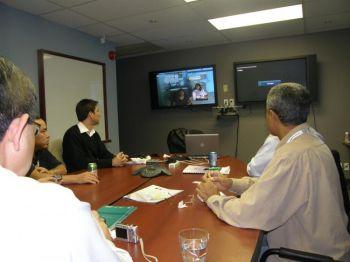 Делегаты Бразилии на телеконференции в Оттаве в октябре 2008 года встретились с представителями коренной нации из Кингфишер Лейка. Фото любезно предоставлено Кивэйтинук Окимаканак Телемедицина