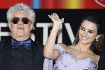 Актриса Пенелопа Круз и испанский режиссер Педро Альмодовар. Фото: VALERY HACHE/AFP/Getty Images
