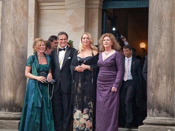 Дамы Зеленого Холма: 31-летняя Катарина Вагнер и 64-летняя Эва Вагнер-Паскьер приветствуют гостей на открытии дневного концерта 25 июля. Фото:  Bayreuther Festspiele