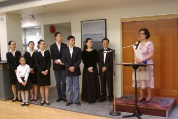 Сенатор Мобина Джаффер выступает на приеме Shen Yun для ВИП персон. Слева от нее  -  артисты труппы. Фото: Патрик Дун/Великая Эпоха