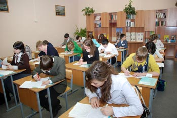 Конкурсанты пишут сочинение на тему «Я+семья». Фото: Юлия Цигун/Великая Эпоха