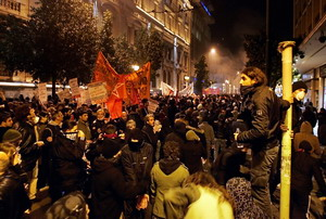 Демонстраторы идут через слезоточивый газ 8 декабря 2008 г., Афины. Фото: LOUISA GOULIAMAKI/AFP/Getty Images