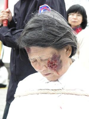 Ожог электрошоком (демонстрация). Реальность в китайских исправительно-трудовых лагерях. Фото: Джозеф Джелкис /Великая Эпоха