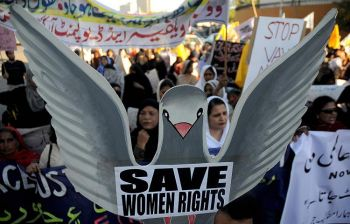 Шествие пакистанок на митинге по случаю празднования международного дня «Женщины против насилия», проводившегося в Карачи, 25 ноября 2008 г. Фото: Асиф Хасан/AFP/Getty Images