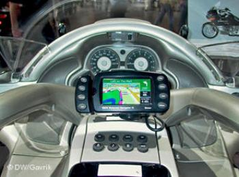Для тяжелых мотоциклов класса tourer навигационная система стала уже чем-то обыденным (На снимке новый BMW K 1200)