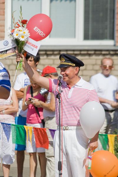 Айварс Лембергс, мэр города Вентспилс, ариветствует участников парда. В его руке подарок практикующих - цветочек лотоса. Фото: Андрей Аболтиньш / Великая Эпоха