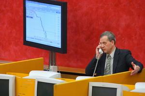 Российский биржевой маклер говорит по телефону на рублевом фондовом рынке России MICEX 15 января 2009. Россия позволила 16-ую девальвацию ее валюты, выдвигая рубль к историческому минимуму против доллара. Фото: ALEXANDER NEMENOV/AFP/Getty Images