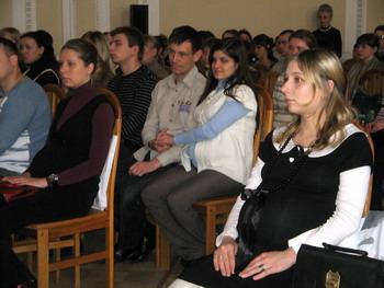 Будущие мамы сосредоточились на реакции малышей. Фото: Татьяна СЕРЕБРЯКОВА/Великая Эпоха