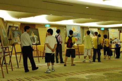 Международная художественная выставка Истина-Доброта-Терпение, состоявшаяся в гостинице Excelsior в Сингапуре, привлекла людей различных этнических групп и социальных слоёв. Фото: minghui.ca