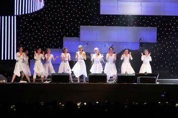 Танцевальный женский коллектив развлекает публику на одной из сцен под открытым небом. Фото: Яйра Ясмин/ Великая эпоха