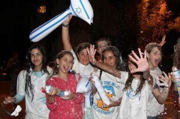 Девушки Израиля разделяют радость праздника. Фото: Яйра Ясмин/ Великая эпоха