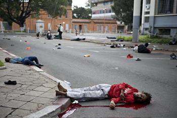 Солдаты открыли автоматический огонь по митингующим. В результате 30 человек погибли, и еще около 200 получили ранения. Фото: WALTER ASTRADA/AFP/Getty Images