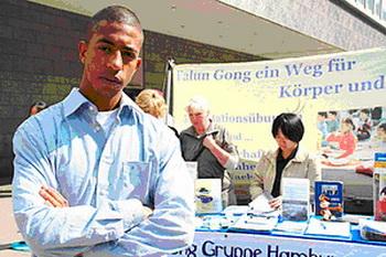 Феликс Бланкенбург посетил информационное мероприятие Фалуньгун в Гамбугре. Фото: А.М. Хамрле/ The Epoch Times