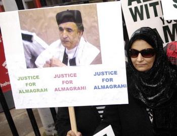 Аиша аль-Меграхи, жена террориста, требует освобождения супруга. Фото: AFP